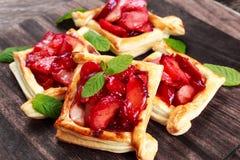 Tartes de pâte feuilletée avec des prunes, des pommes, la menthe et le miel Photo libre de droits