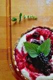 Tartes de sarrasin avec le mascarpone de vanille et le sirop de mûre Photographie stock libre de droits