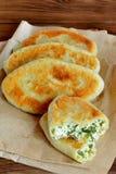 Tartes frits avec le remplissage de fromage blanc images libres de droits