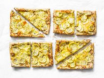 Tartes jaunes de pâte feuilletée de courgette mini sur un fond clair, vue supérieure Casse-croûte savoureux, tapas image libre de droits