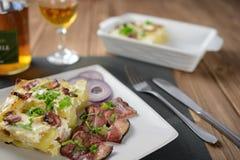 Tartiflette用斑斑烟肉、土豆和乳酪 图库摄影