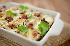 Tartiflette用斑斑烟肉、土豆和乳酪 免版税库存图片