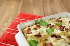 Tartiflette用斑斑烟肉、土豆和乳酪 库存照片