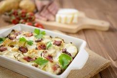 Tartiflette用斑斑烟肉、土豆和乳酪 库存图片