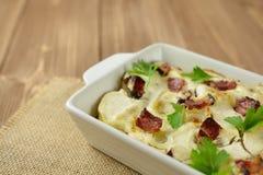 Tartiflette con pancetta, le patate ed il formaggio Immagini Stock Libere da Diritti