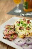 Tartiflette con tocino, las patatas y el queso rayados Fotos de archivo libres de regalías