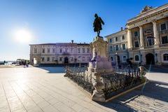 Tartini-Quadrat mit Rathaus und Stadt-Bibliothek in Piran Lizenzfreies Stockbild