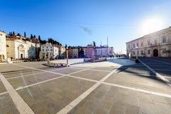Tartini-Quadrat mit Rathaus und Stadt-Bibliothek in Piran Lizenzfreie Stockfotografie