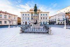 Tartini-Quadrat mit Rathaus und Stadt-Bibliothek in Piran Lizenzfreie Stockbilder
