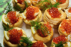 Tartlet με το κόκκινο χαβιάρι, Tartlet με κόκκινο στενό επάνω χαβιαριών Πρόχειρα φαγητά Στοκ Εικόνες