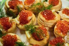 Tartlet με το κόκκινο χαβιάρι, Tartlet με κόκκινο στενό επάνω χαβιαριών Πρόχειρα φαγητά Στοκ εικόνες με δικαίωμα ελεύθερης χρήσης