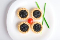 Tartlet com caviar preto em uma bandeja branca foto de stock