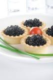 Tartlet com caviar preto em uma bandeja branca foto de stock royalty free