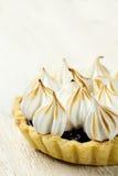 Tartlet com confiture e merengue da baga fotografia de stock