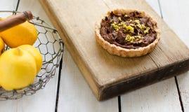 Tartlet com creme e limão do chocolate em uma cesta Fotos de Stock