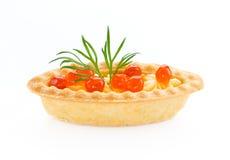 Tartlet con cierre rojo del caviar para arriba aislado en el fondo blanco Imagen de archivo