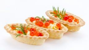 Tartlet con cierre rojo del caviar para arriba en el fondo blanco C Foto de archivo