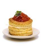 Tartlet con el caviar rojo en blanco Fotos de archivo libres de regalías