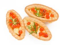 Tartlet con mantequilla y eneldo rojos del caviar en el fondo blanco Imagen de archivo