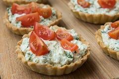 Tartlet con queso Feta y veggies Foto de archivo libre de regalías
