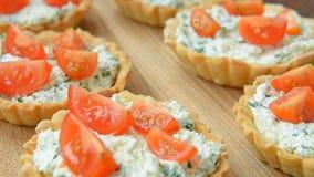 Tartlet con queso Feta y veggies para el almuerzo almacen de metraje de vídeo