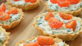 Tartlet con queso Feta y veggies para el almuerzo almacen de video