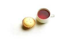 Tartlet del Shortcrust con una taza de té negro Imagen de archivo libre de regalías