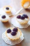 Tartlet med kräm nya dewberries Söt bärsommardesse fotografering för bildbyråer