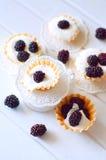 Tartlet med kräm nya dewberries Söt bärsommardesse arkivbild