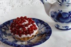 Tartlet met quark en lingonberry mierentheepot Royalty-vrije Stock Fotografie