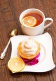 Tartlet met schuimgebakje en citroengestremde melk Stock Afbeelding