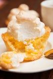Tartlet met schuimgebakje en citroengestremde melk Stock Foto