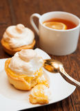 Tartlet met schuimgebakje en citroengestremde melk Stock Foto's