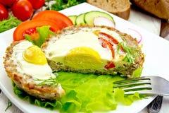 Tartlet mięso z jajka cięciem i warzywa na świetle wsiadamy Obrazy Stock