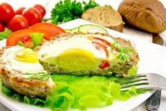 Tartlet mięso z jajkiem ciącym na pokładzie i warzywami Obrazy Royalty Free