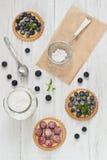 Tartlets βακκινίων και σμέουρων Στοκ εικόνες με δικαίωμα ελεύθερης χρήσης