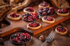 Tartlets με τα φρέσκα κόκκινα μούρα Στοκ Εικόνες
