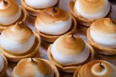 Tartlets με την άσπρη στάρπη κρέμας και λεμονιών πεδίο βάθους ρηχό Στοκ Εικόνες