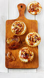 Tartlets με την κρέμα και καρύδια που χύνονται με την καραμέλα Στοκ Εικόνα