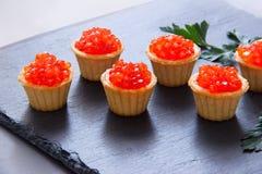 Tartlets με το κόκκινο χαβιάρι Εκλεκτική εστίαση, διάστημα για το κείμενο εξυπηρετήστε το κόκκινο χαβιάρι στοκ φωτογραφία με δικαίωμα ελεύθερης χρήσης