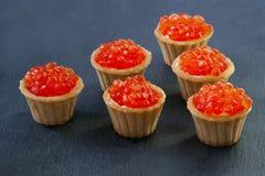Tartlets με το κόκκινο χαβιάρι Εκλεκτική εστίαση, διάστημα για το κείμενο εξυπηρετήστε το κόκκινο χαβιάρι στοκ εικόνες