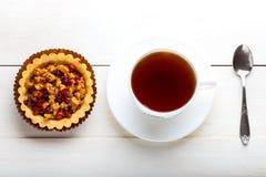 Tartlets μούρων και φλυτζάνι του τσαγιού Στοκ Φωτογραφίες