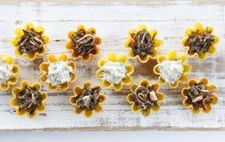 Tartlets заполнили с салатом сыра и укропа и салатом морской водоросли против деревенской деревянной предпосылки Стоковые Фотографии RF