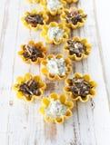 Tartlets заполнили с салатом сыра и укропа и салатом морской водоросли против деревенской деревянной предпосылки Стоковые Фото