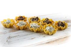 Tartlets заполнили с салатом сыра и укропа и салатом морской водоросли против деревенской деревянной предпосылки Стоковое Фото