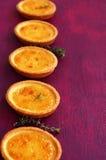 Tartlets лимона с тимианом на fuchsia предпосылке цвета Стоковое фото RF