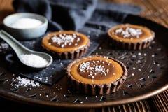Tartlets карамельки шоколада обитые с солью стоковое фото