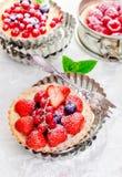 tartlets лакомки свежих фруктов ягод Стоковые Фото