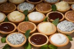 Tartlets на таблице, ассортименте с различной creams Стоковые Фото