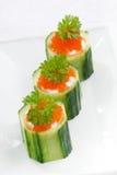 tartlets огурца с плавленым сыром и красной икрой, вертикальными Стоковая Фотография RF